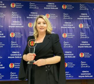 Gül Kireklo, Ödülünü Sağlık Çalışanları Adına Aldı