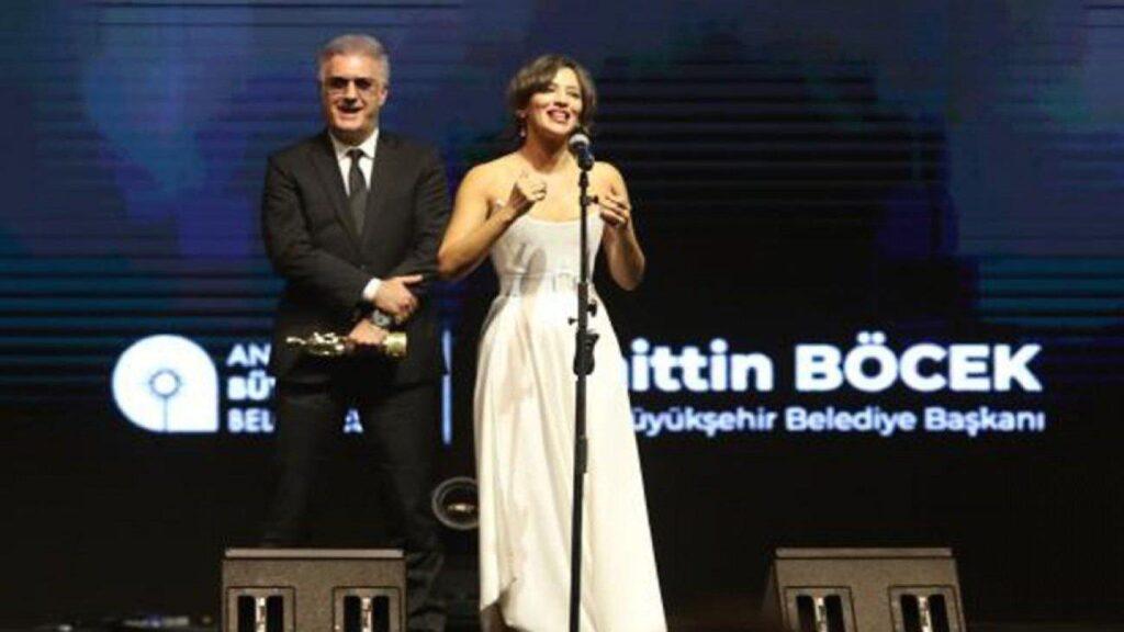 Nihal Yalçın, En İyi Kadın Oyuncu Ödülü'nü Aldı